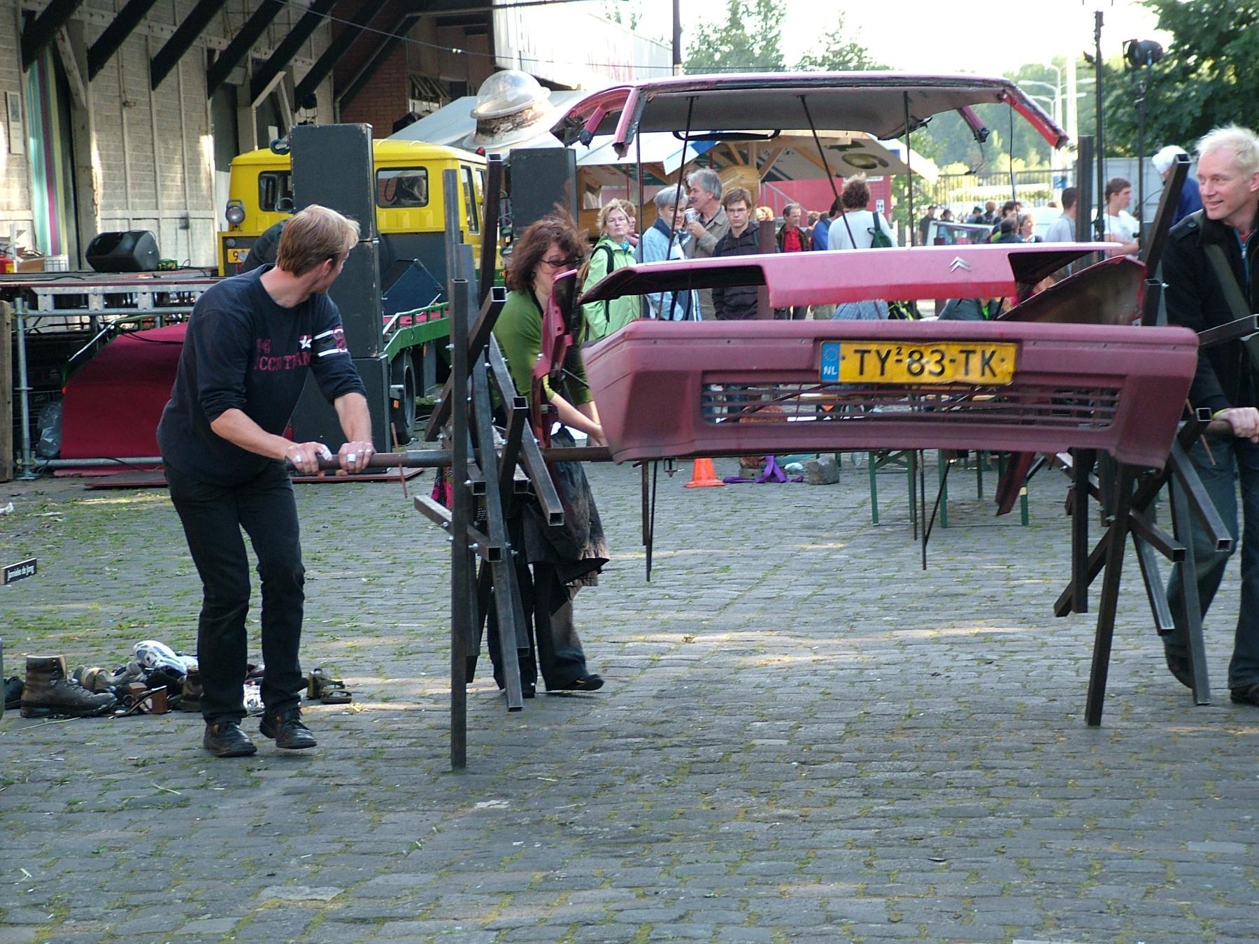 Kinetisch Kunstenaar Volkert van der Wijk maakte op locatie deze wiebelige wagen op handaandrijving.
