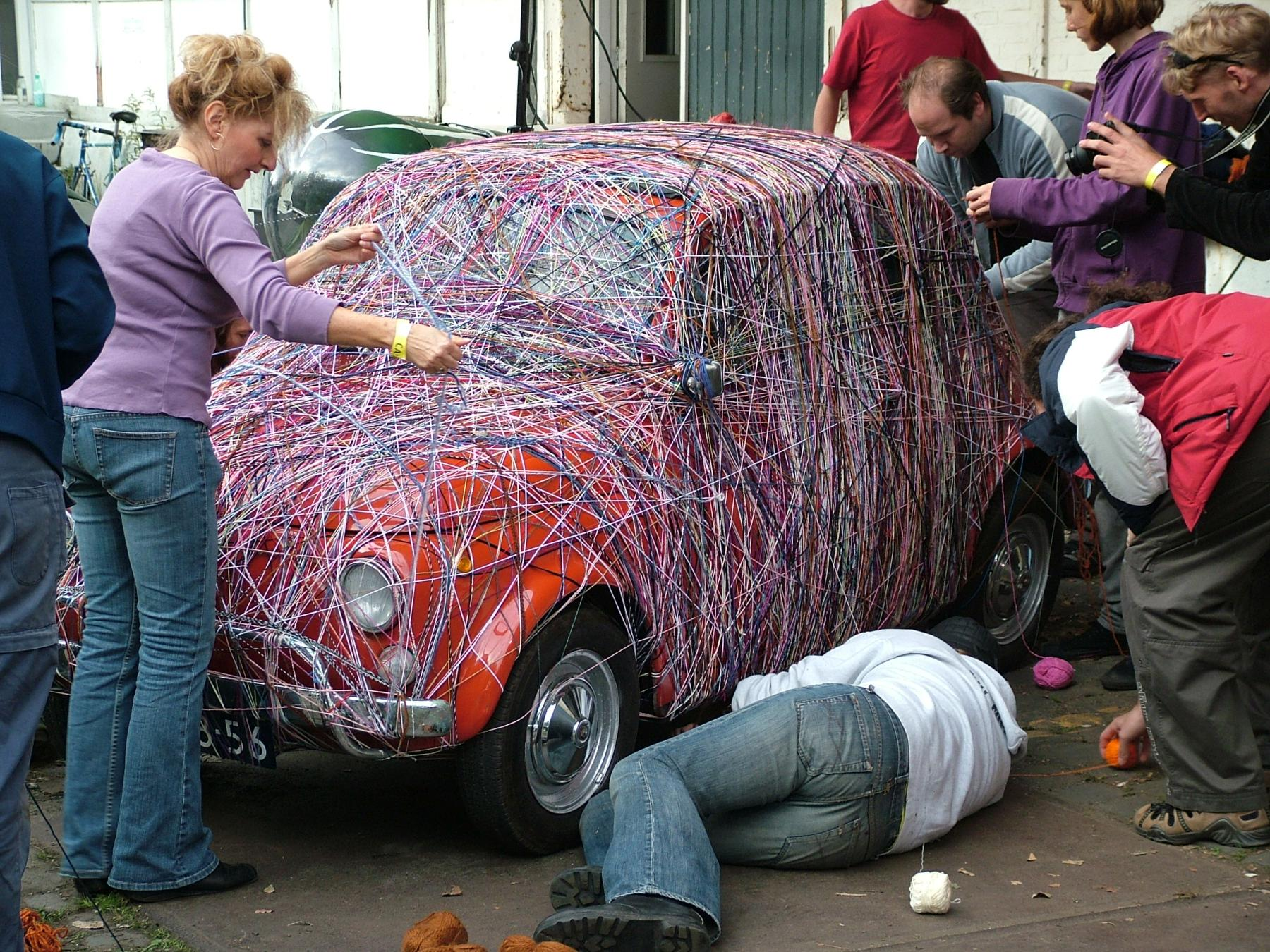 Iedereen mag meedoen met het inwikkelen van de wolwagen.