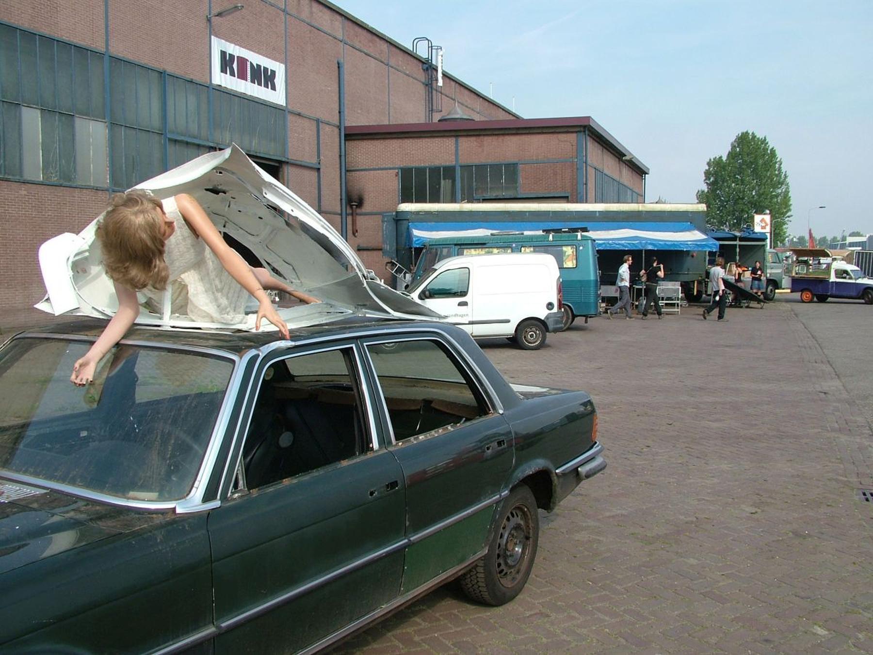 Opbouw van CAR ART op het terrein van de voormalige NKF waar het een uitdaging was het terrein vrij te krijgen van vrachtwagens.