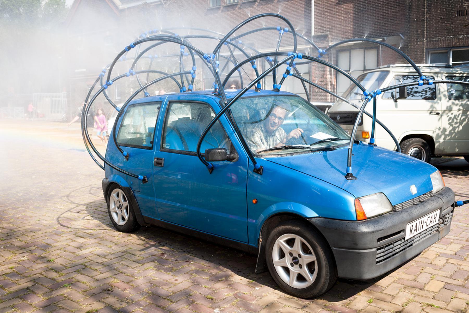 De Raincar van Olaf Mooij brengt verkoeling op een warme CAR ART dag in 2012
